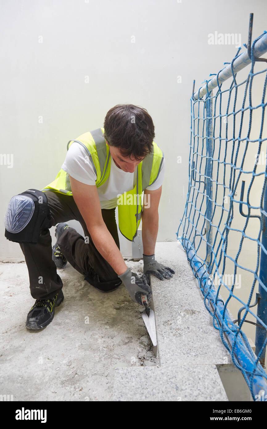 Charpentier avec une truelle. Construction de bâtiment résidentiel. Donostia. San Sebastian. Gipuzkoa. Photo Stock