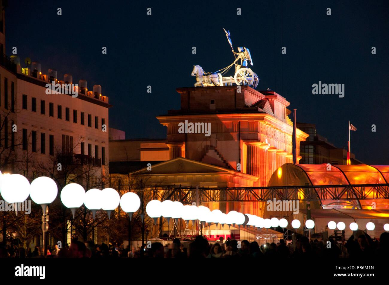 Ballons lumineux ligne marquage de mur de Berlin mis en place en face de la porte de Brandebourg pour le 25e anniversaire Photo Stock