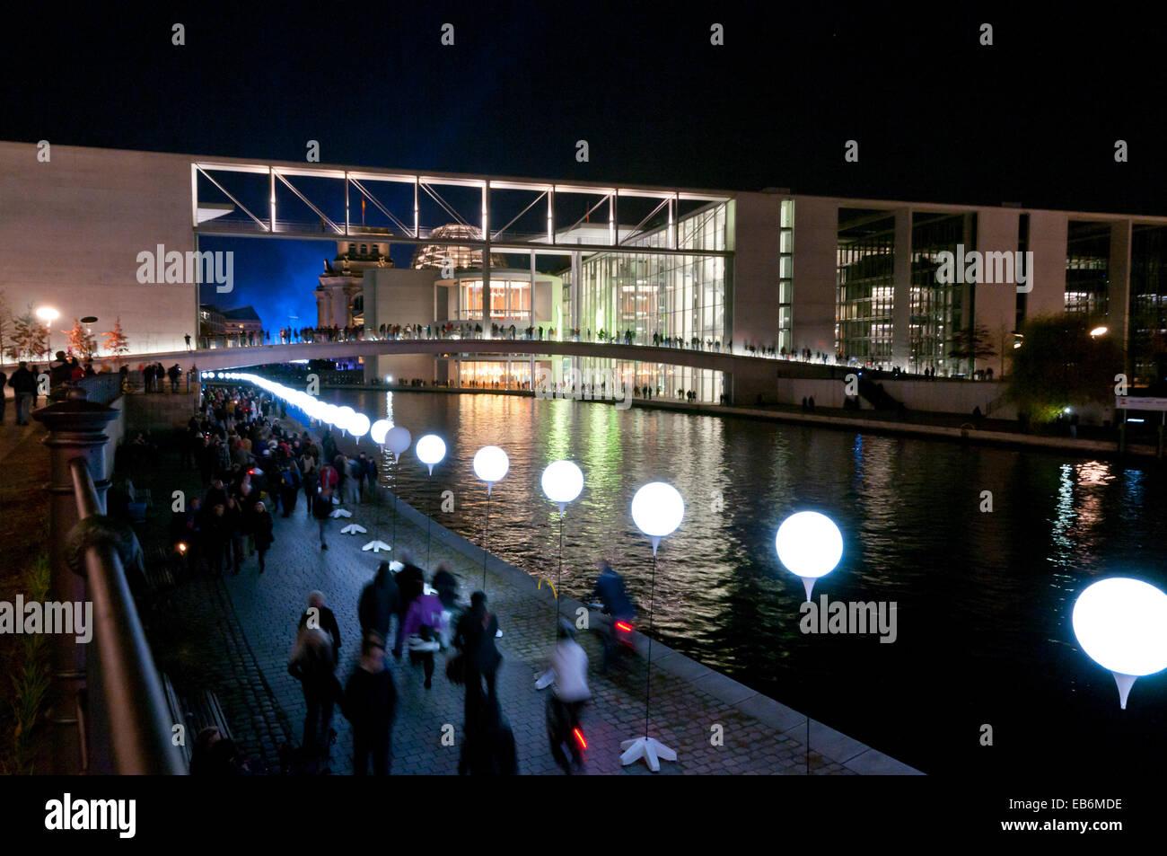 Ballons lumineux ligne marquage du mur de Berlin le long de la rivière Spree, 25e anniversaire de la chute Photo Stock