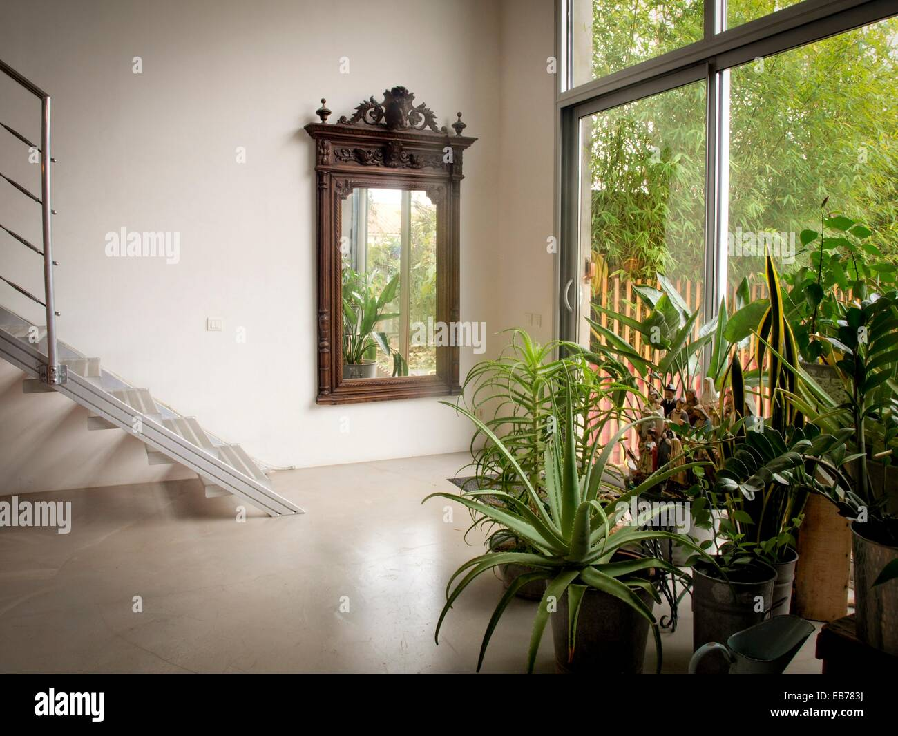 L\'accès au jardin. Grand miroir en bois. Escalier métallique. Les ...