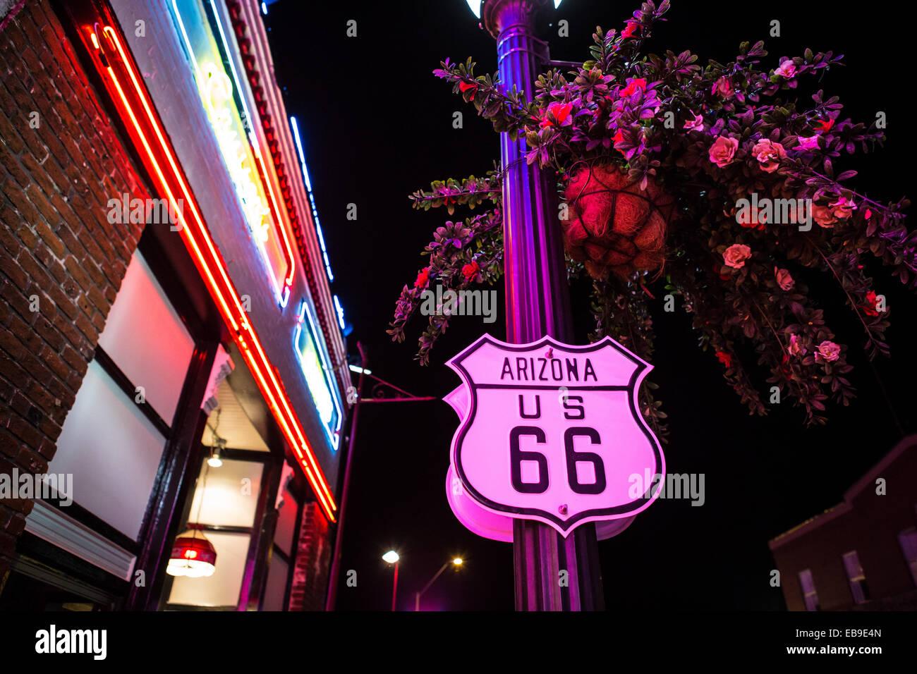 Enseignes au néon sur la célèbre route 66 dans la région de Williams Photo Stock