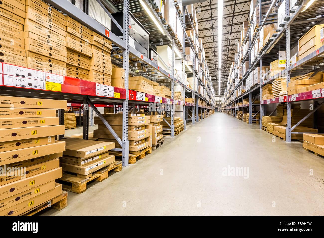 Dans une allée de l'entrepôt du magasin IKEA Photo Stock
