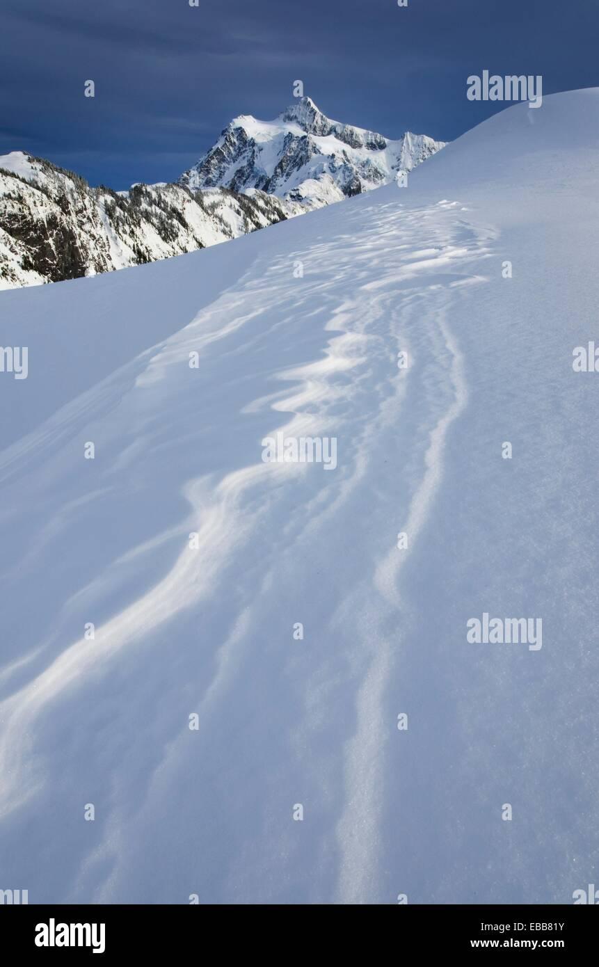 Le mont Shuksan 9 131 ft 2 783 m avec des motifs de la neige soulevée par le vent ou à l'avant-plan Photo Stock
