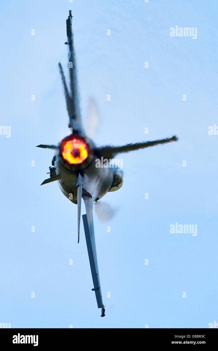 Un F-16 Fighting Falcon vole le 4 juin 2011, dans le Dakota 2011 Thunder air show à Ellsworth Air Force Base, S D Banque D'Images