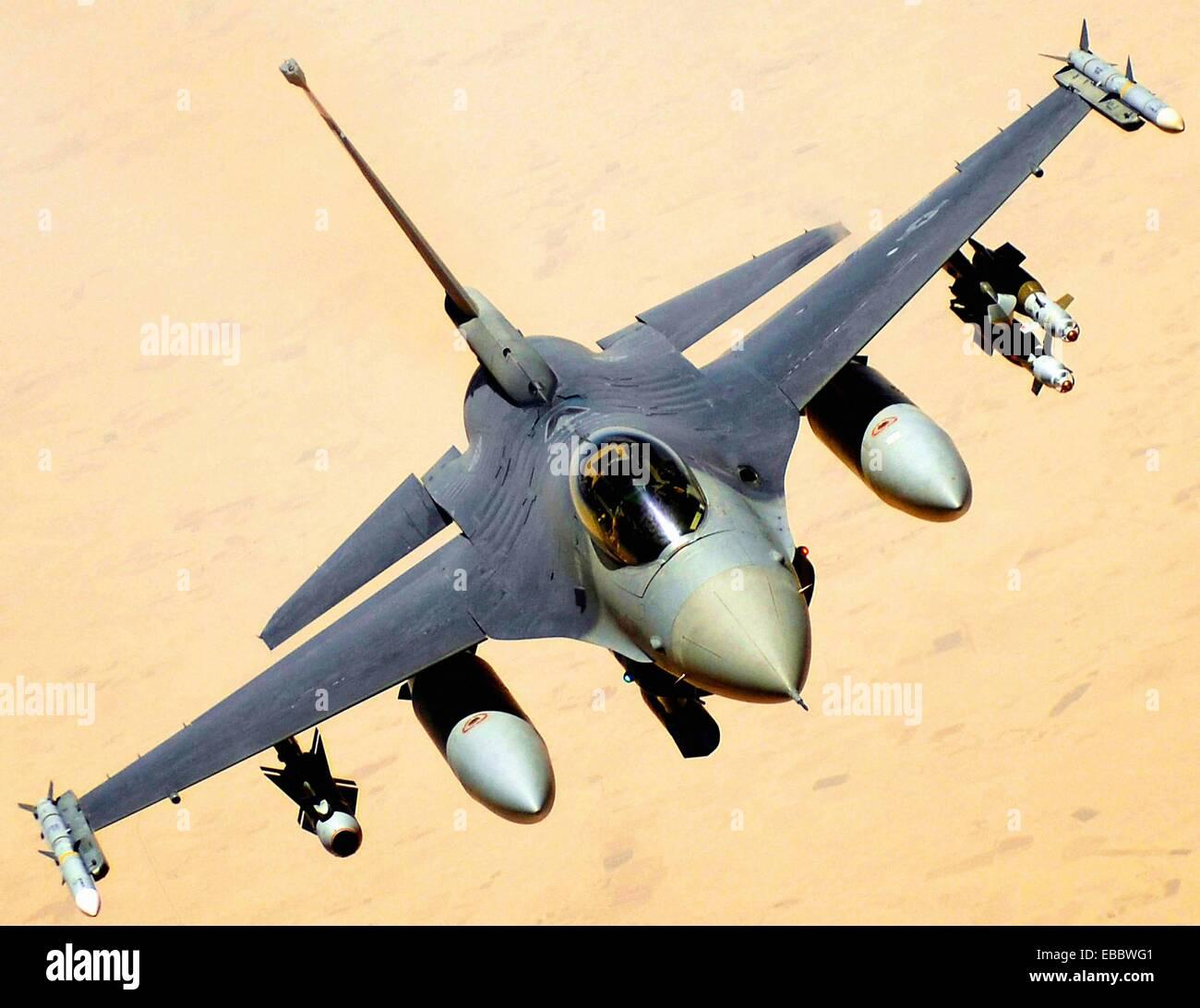 A U S Air Force F-16 Fighting Falcon retourne à la lutte après avoir reçu le 10 juin 2008, à partir d'un KC-135 Banque D'Images