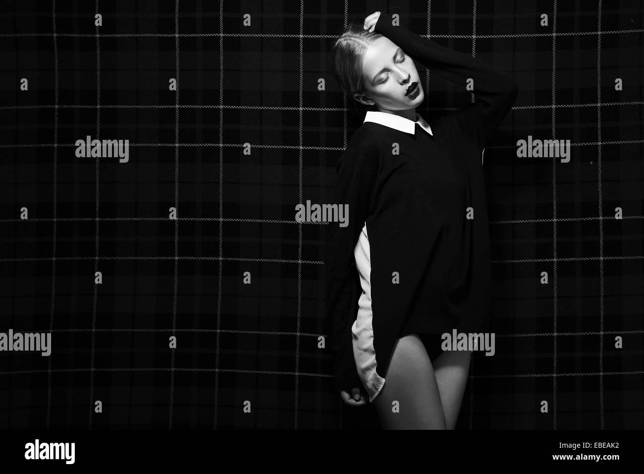 Image en noir et blanc de la mode femme sur fond carré Banque D'Images
