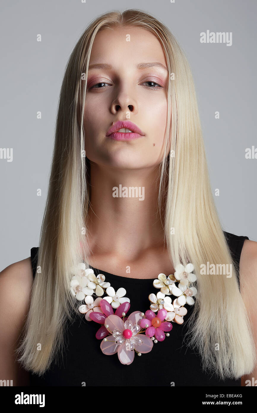 De longs cheveux Blond avec Garland Vernal sur son cou Photo Stock