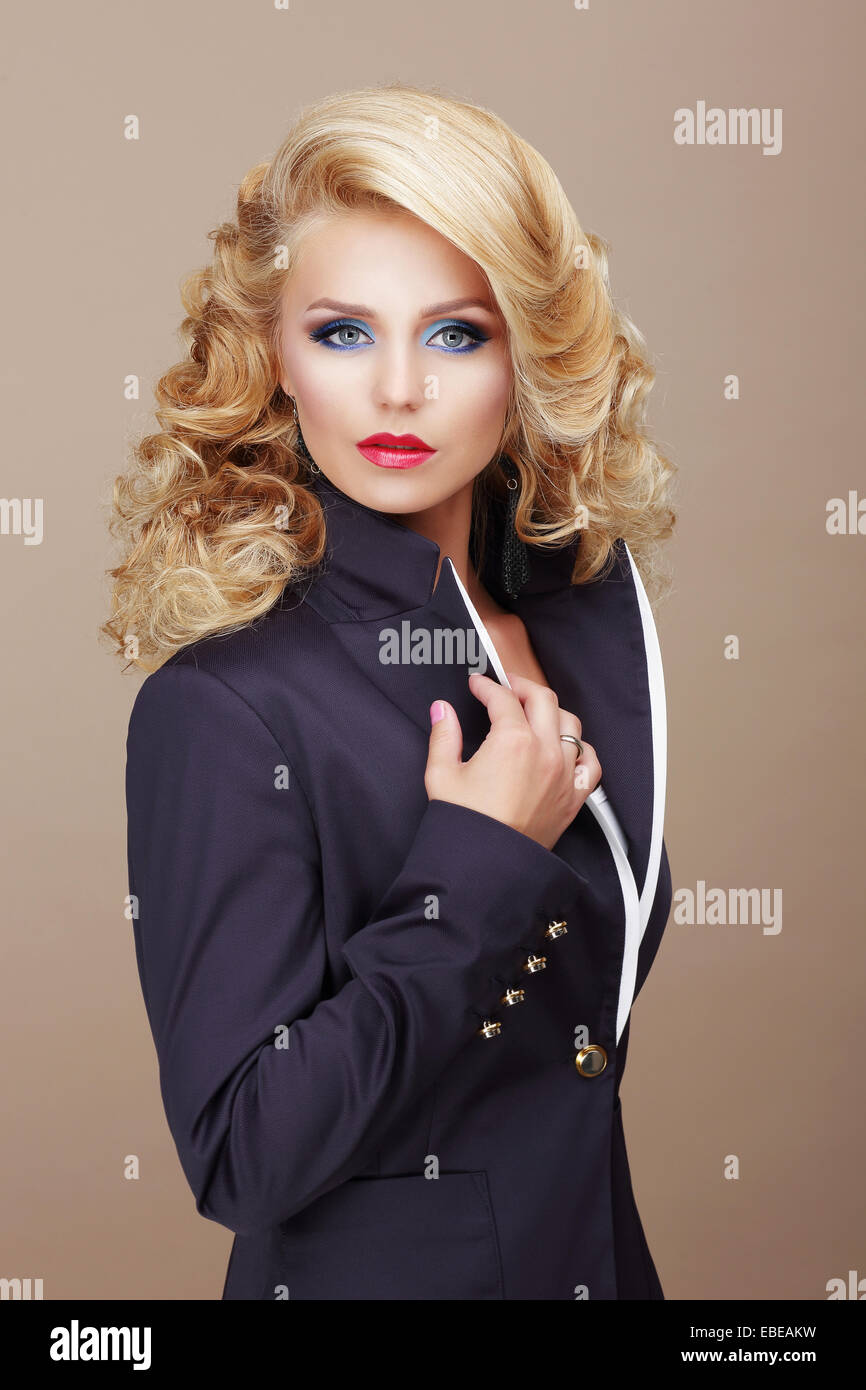 Le charisme. Femme d'affaires blonde en costume bleu Photo Stock