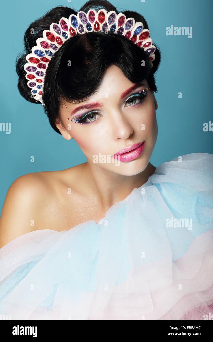 Femme artistique fantastique avec le maquillage et la parure Photo Stock