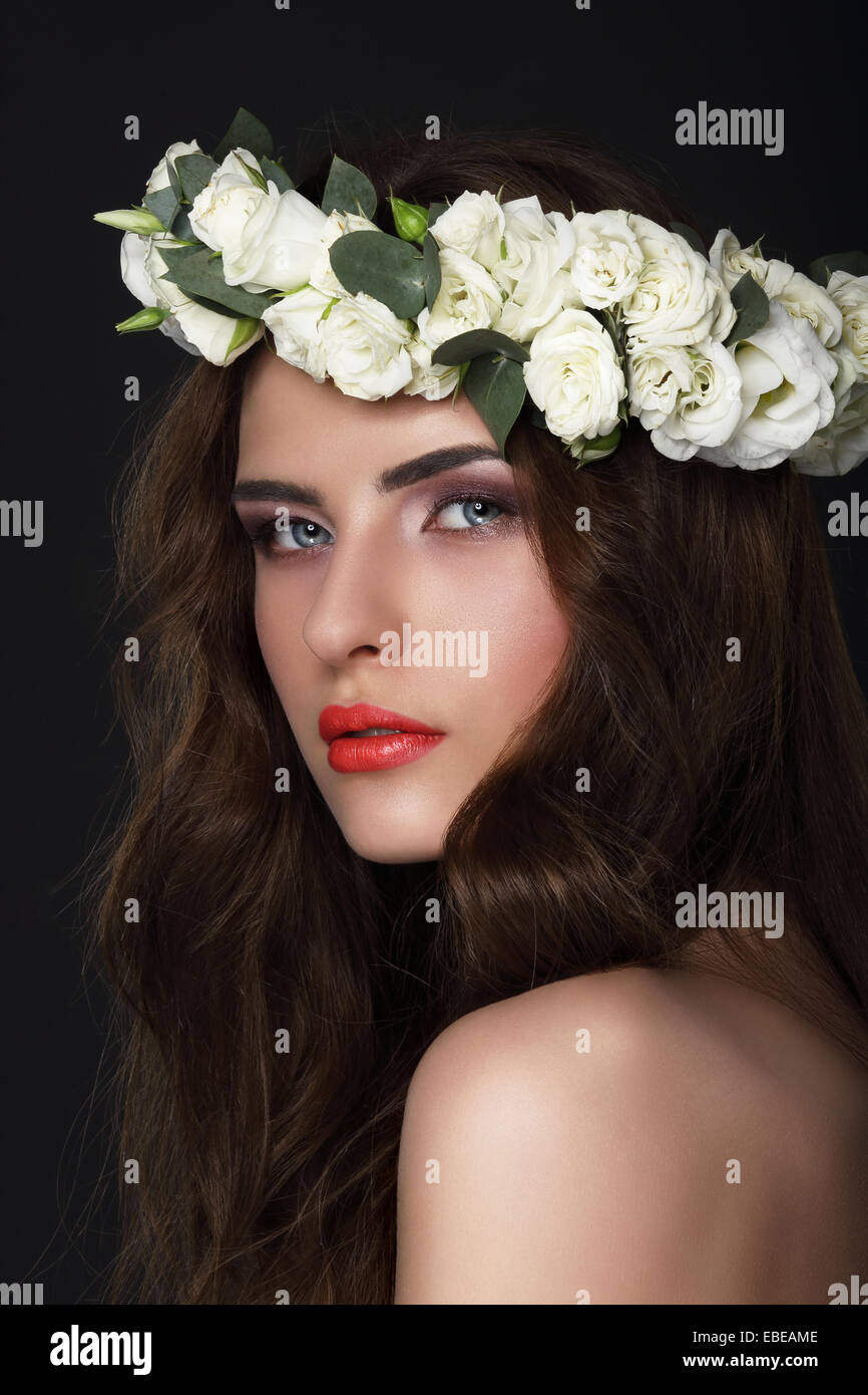 La sensualité. Jeune Brunette wearing Wreath de Roses Photo Stock