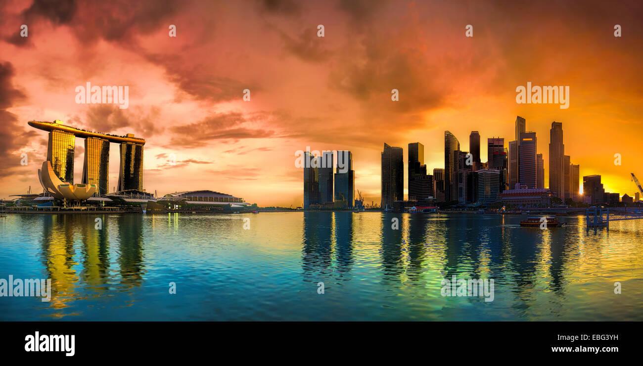 Paysage urbain de Singapour au coucher du soleil Photo Stock