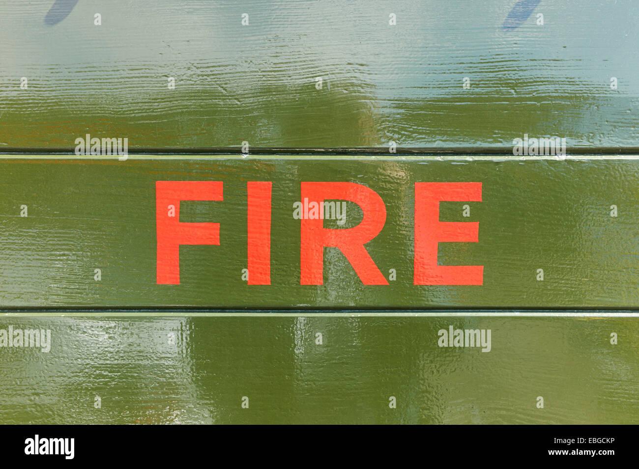 Fire peint en rouge sur fond de bois Photo Stock