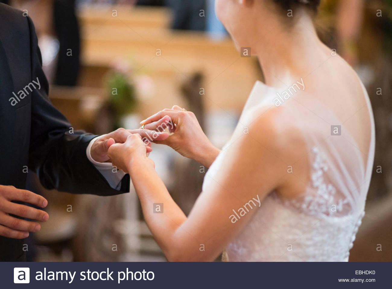 Anneau de mariage mariée mise sur mariés à l'église de doigt Photo Stock