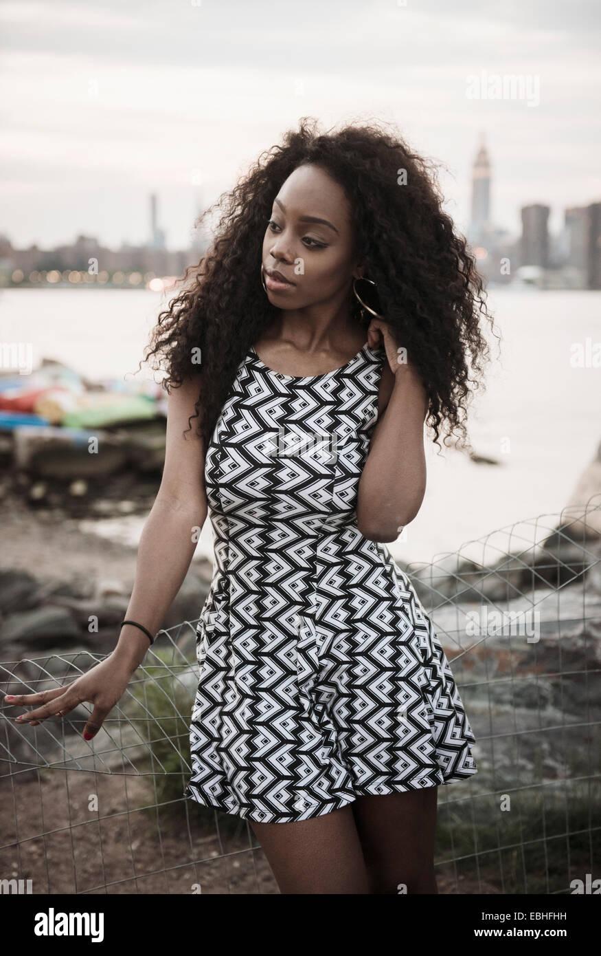 Jeune femme portant robe à motifs Photo Stock