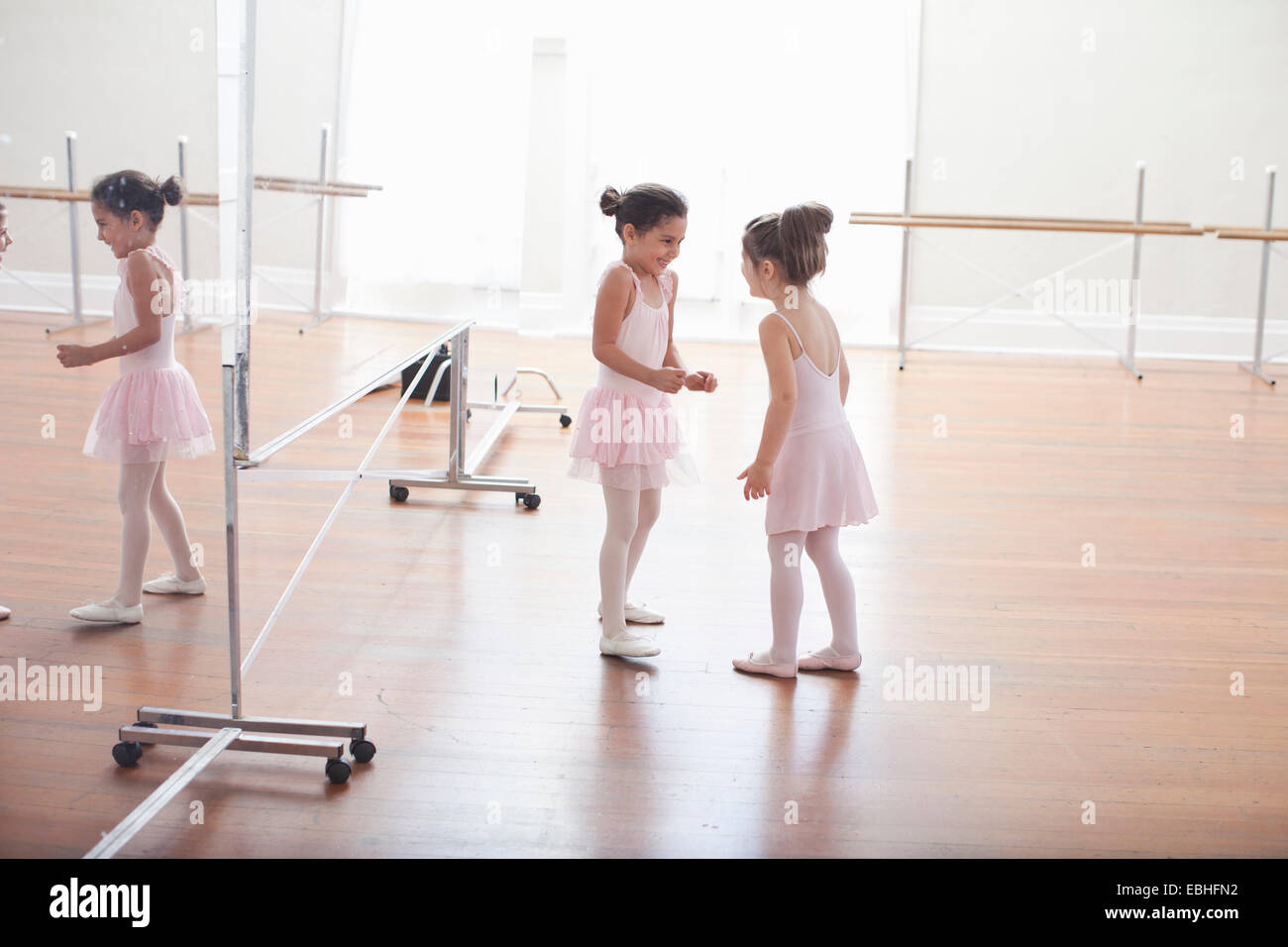 Deux ballerines enfant chatting in ballet school Photo Stock