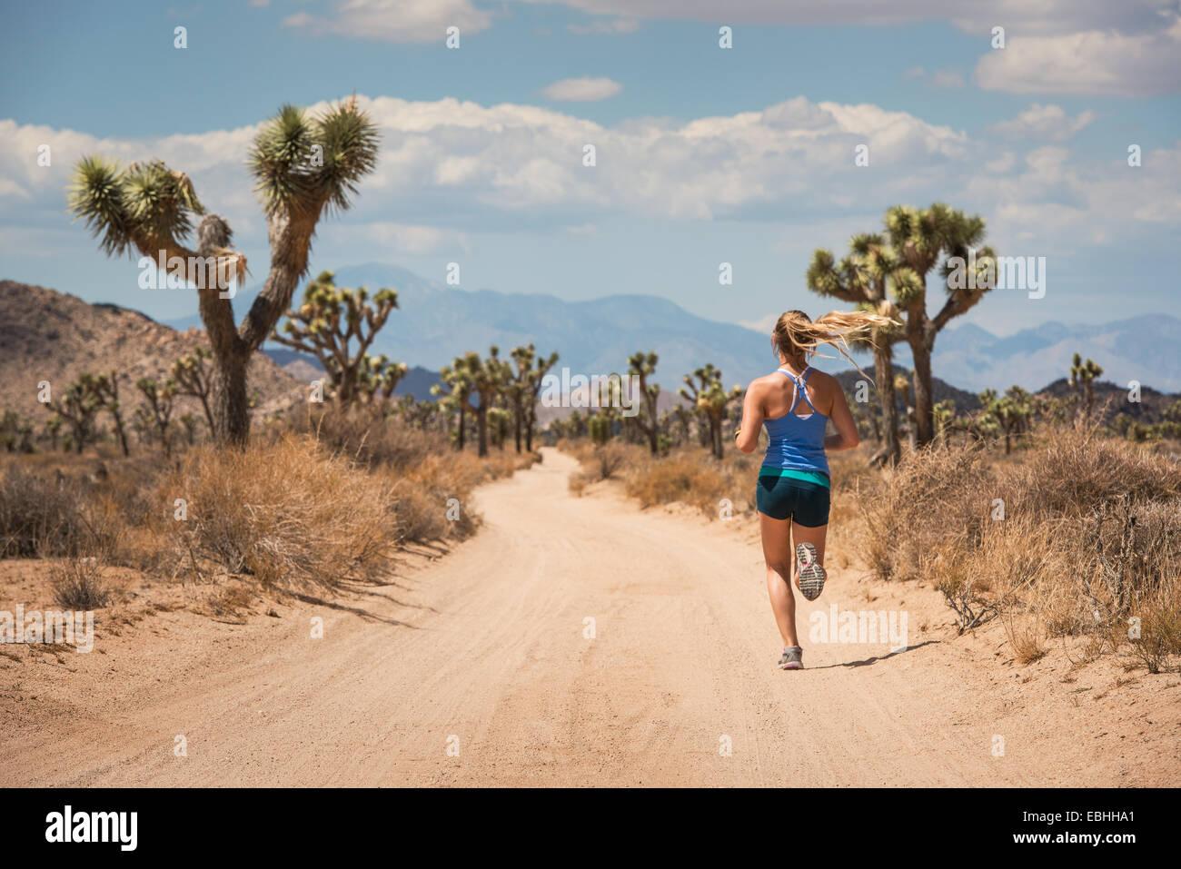 Femme en marche, le parc national Joshua Tree, California, US Banque D'Images