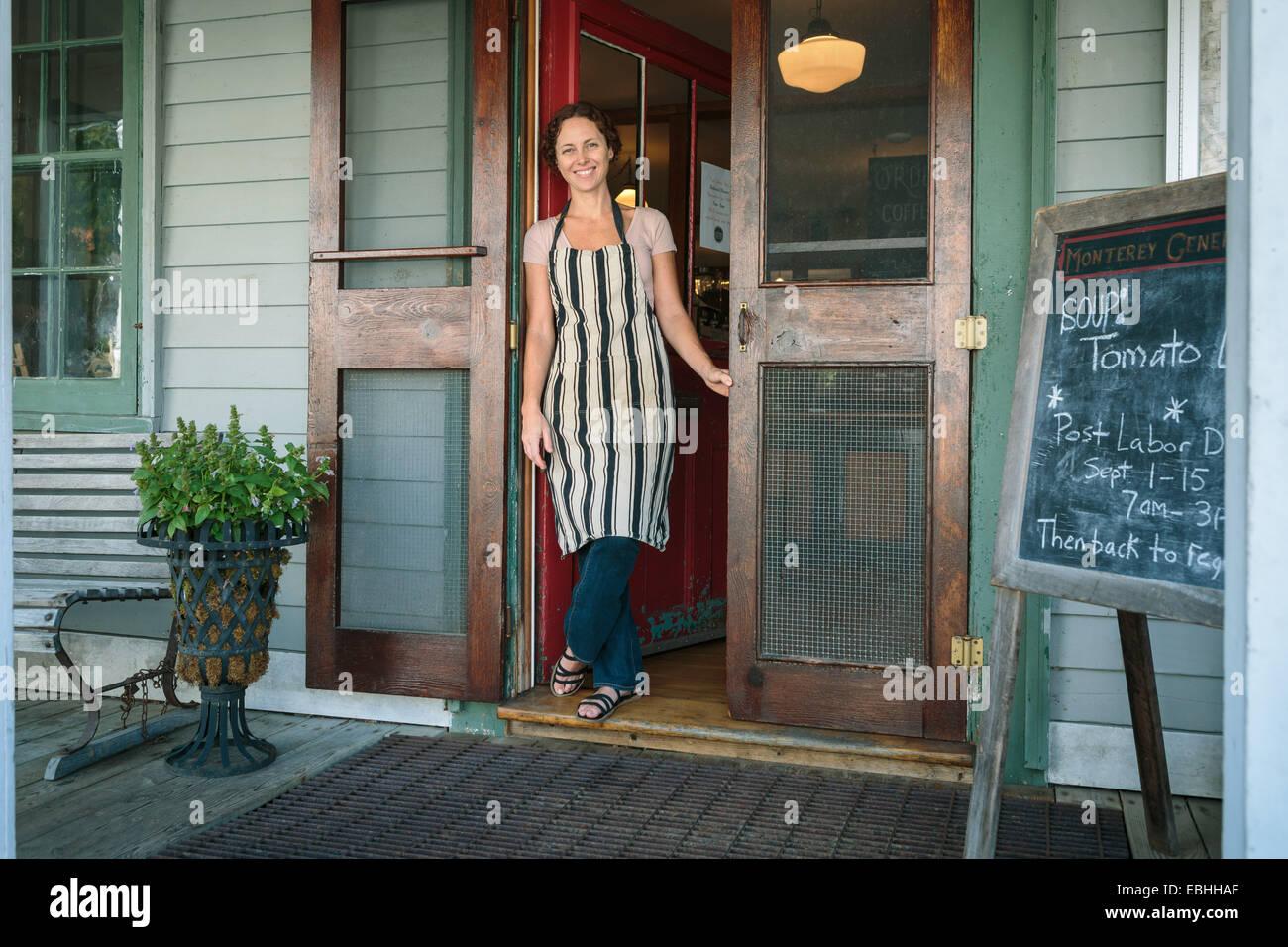 Boutique femme assistant en porte de country store Banque D'Images