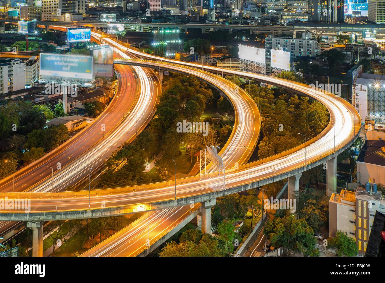 Vue de nuit de la ville de Bangkok avec le trafic principal Photo Stock