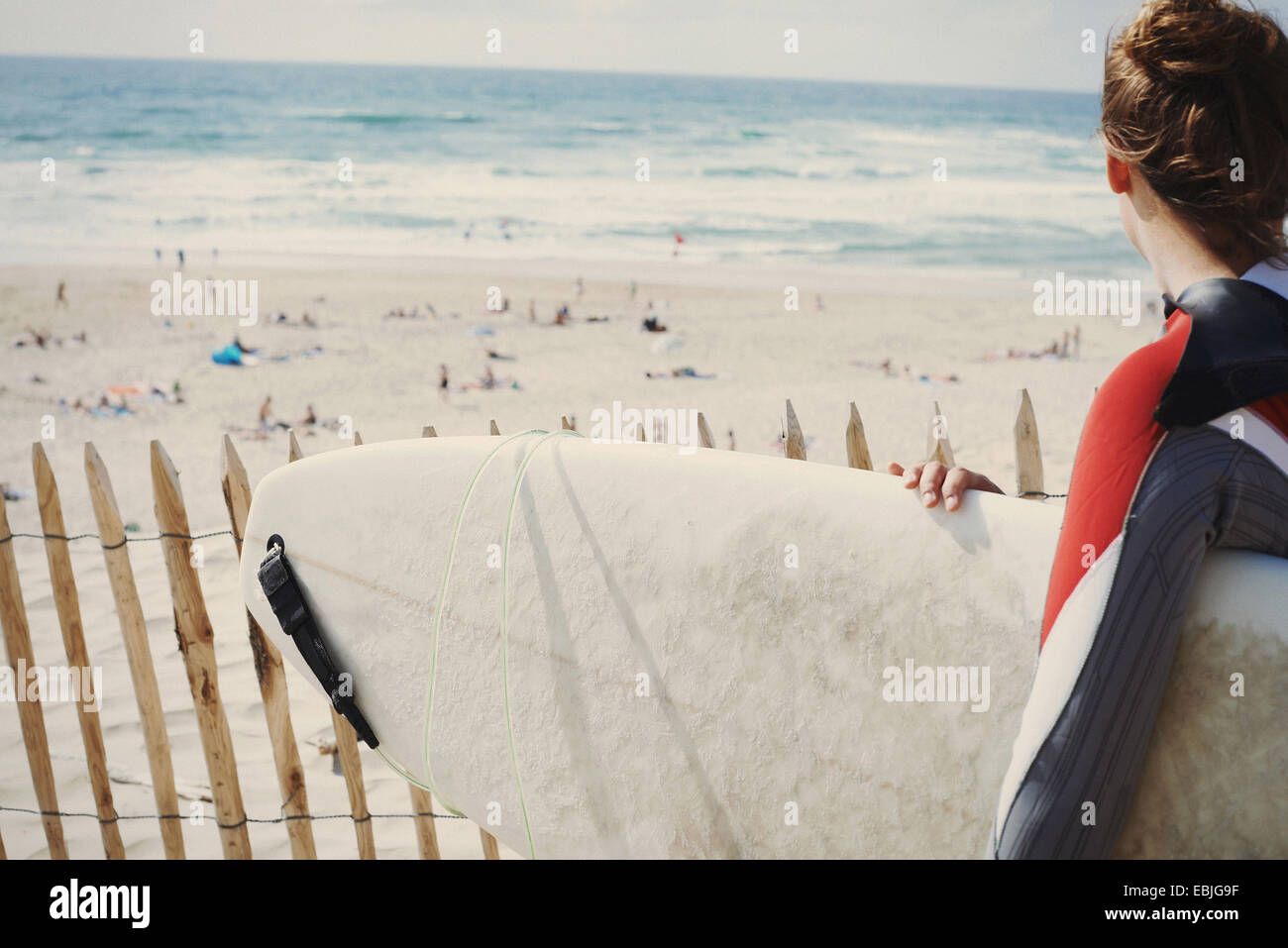 Surfer avec surfboard on beach, Lacanau, France Photo Stock