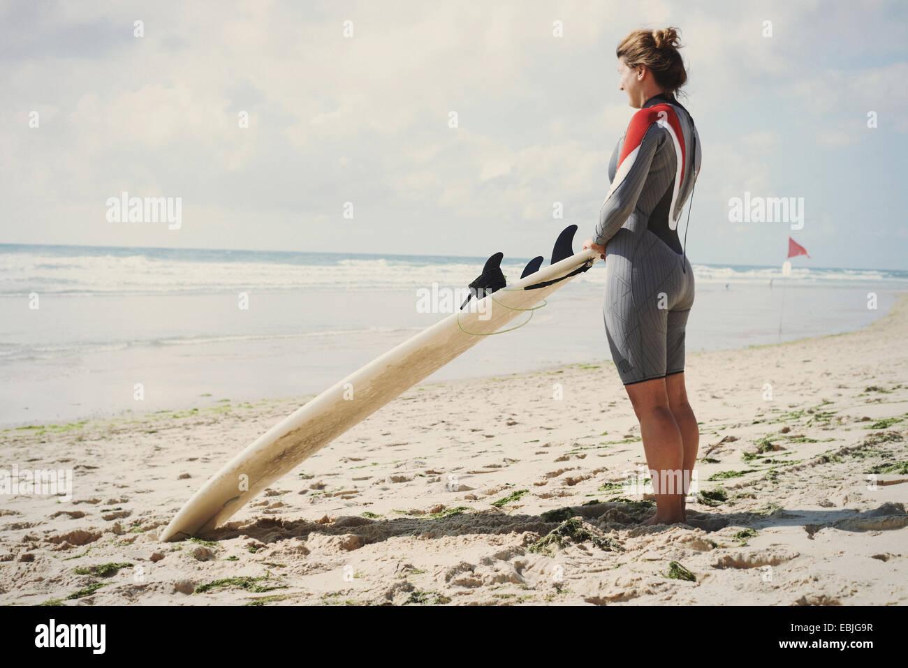 Surfer avec surfboard on beach, Lacanau, France Photo Stock