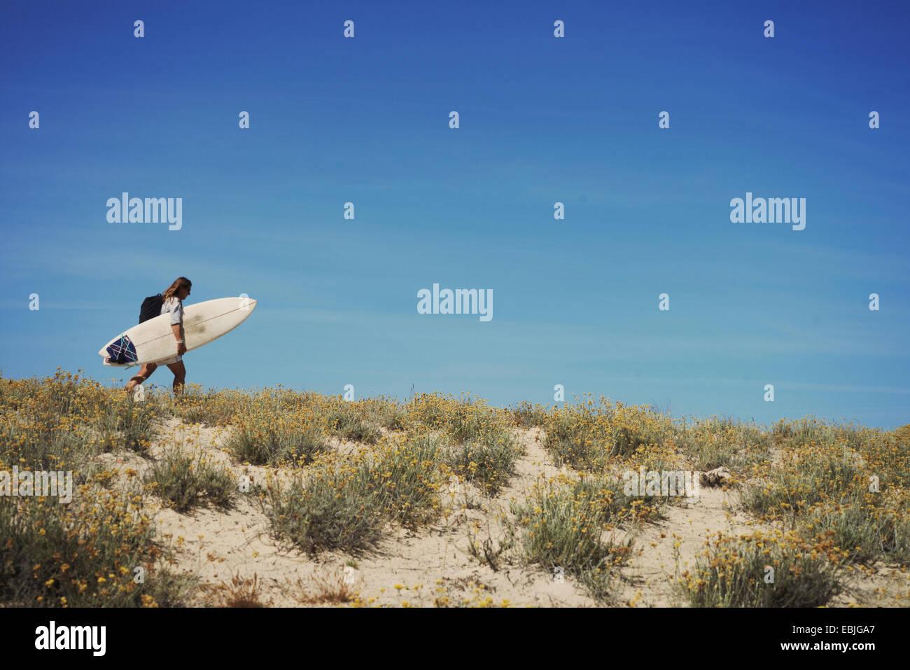 Femme avec une planche de surf, Lacanau, France Photo Stock