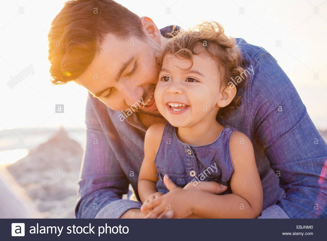 Portrait de père et d'enfant en fille à la plage, Toscane, Italie Photo Stock