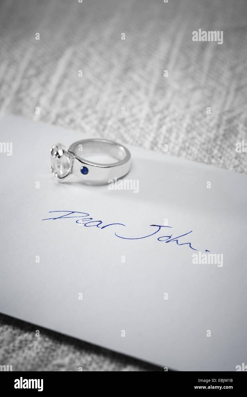 Bague de fiançailles retourné sur une lettre Cher John. Photo Stock