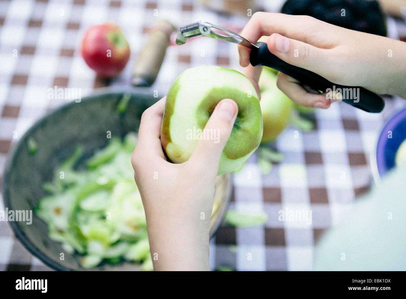Personne peeling apple Photo Stock