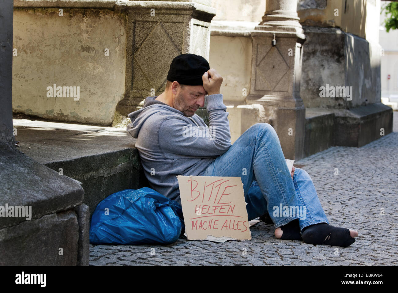 Homme au chômage la mendicité pour un travail, Allemagne Photo Stock