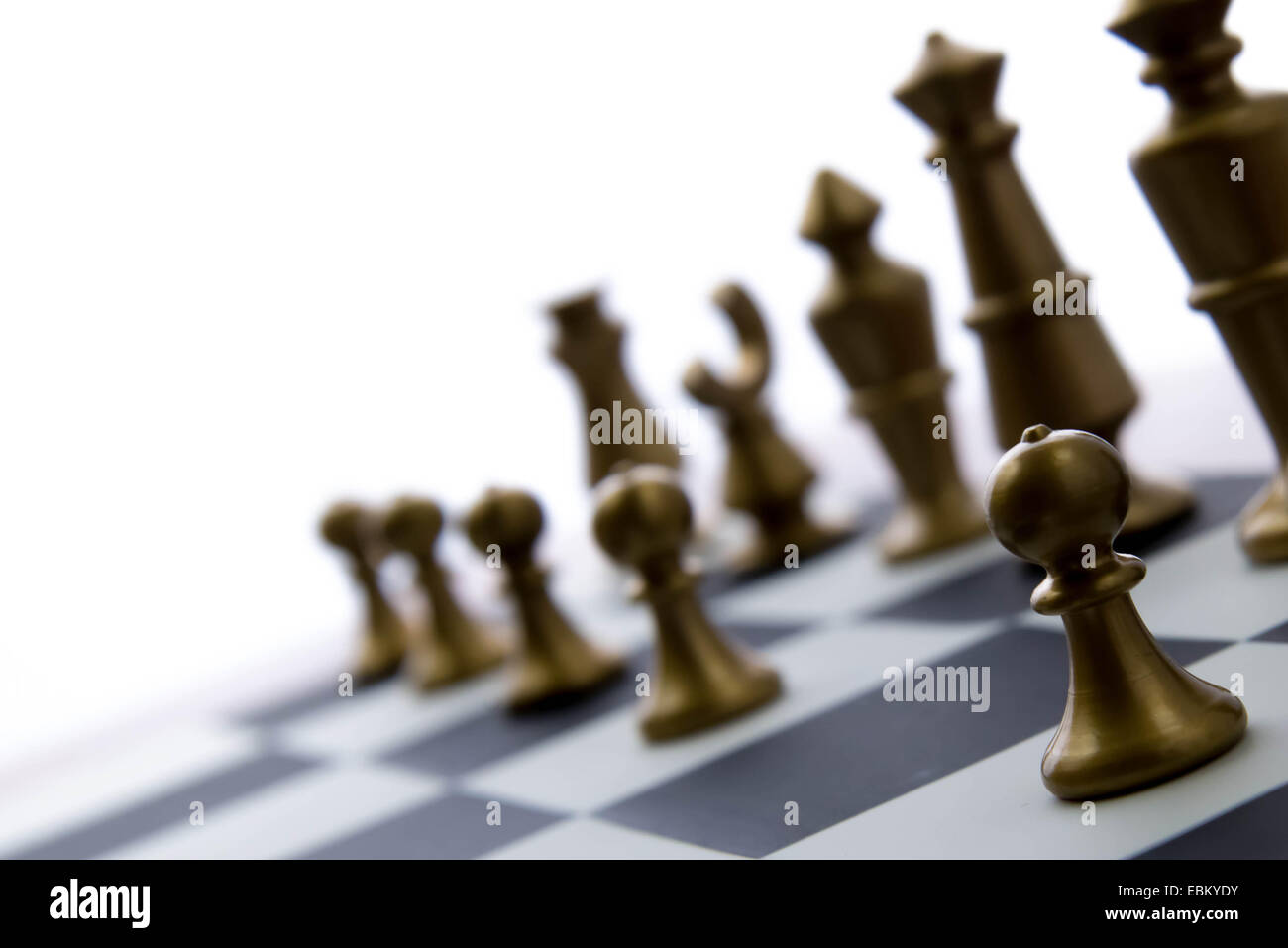 Jeu d'échecs classique - - Vue de pièces du jeu sur l'échiquier de la lumière du soleil en arrière-plan Banque D'Images