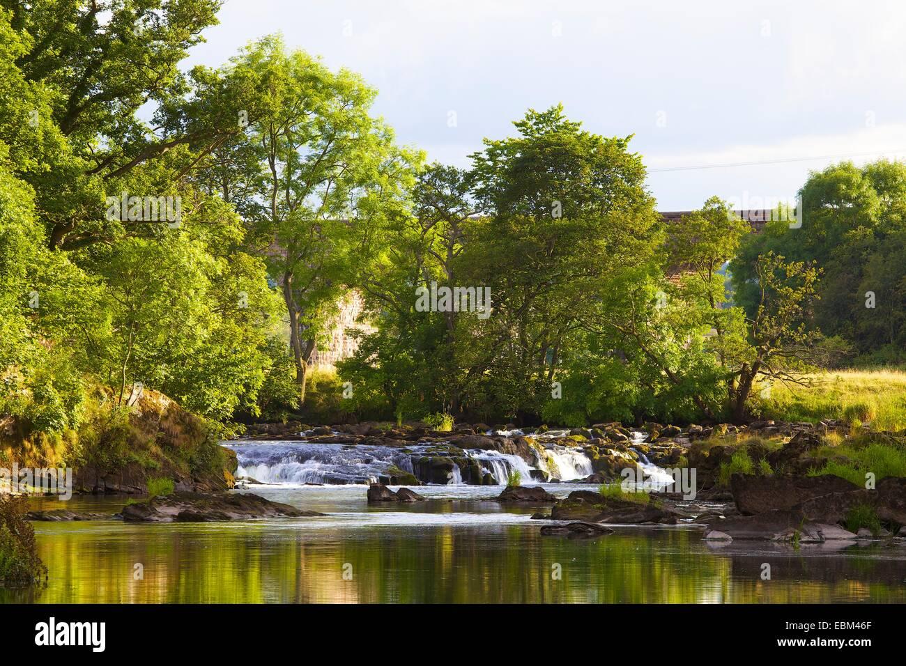 Weir à l'usine de force, Lacy Eden, Eden Valley, Cumbria, England, UK. Photo Stock