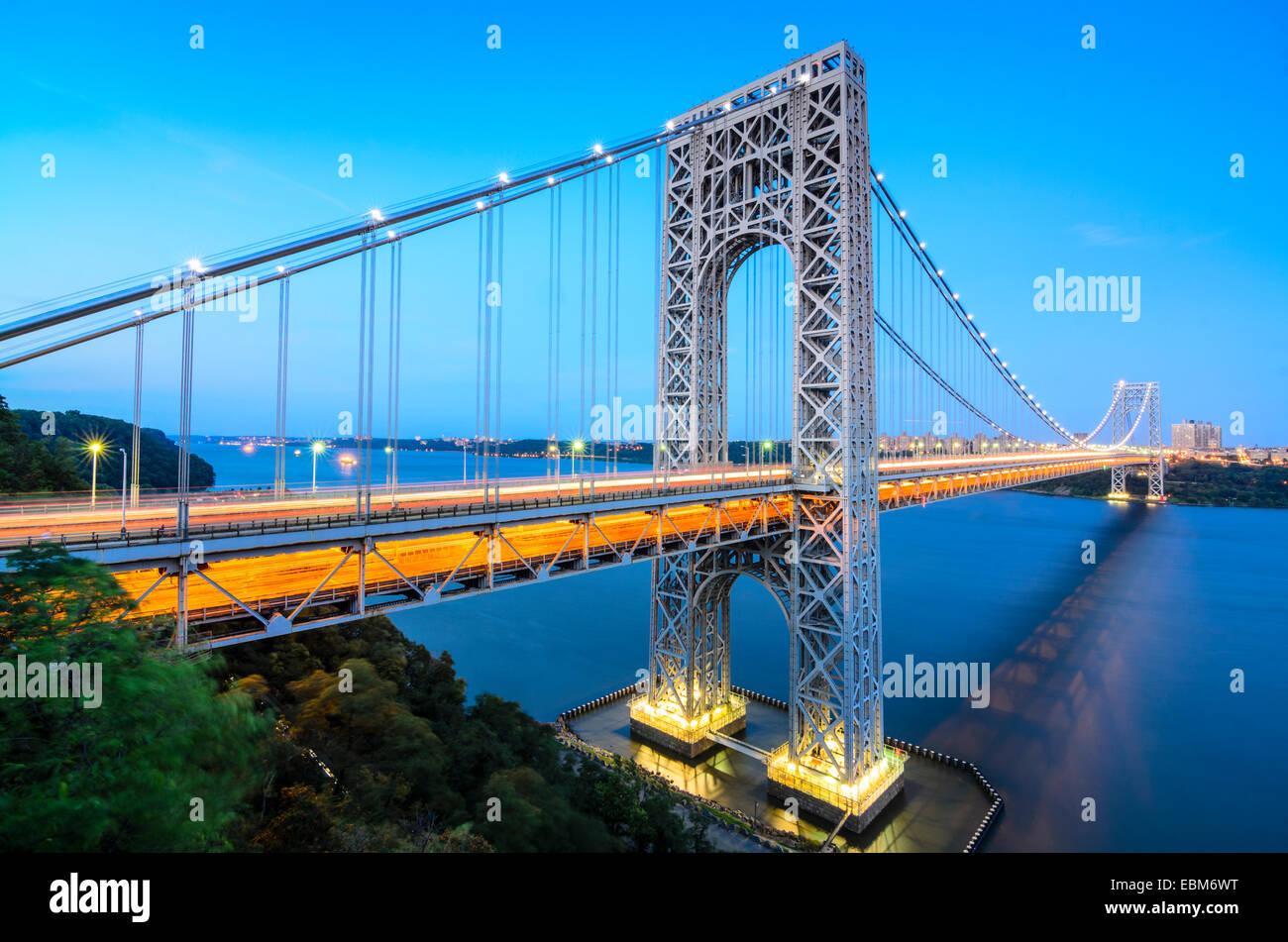 Le George Washington Bridge enjambant la rivière Hudson au crépuscule dans la ville de New York. Photo Stock