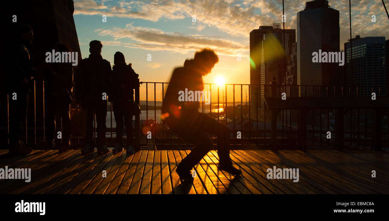 L'homme danse sur terrasse au coucher du soleil, Midtown, Manhattan, New York City, New York State, USA Photo Stock