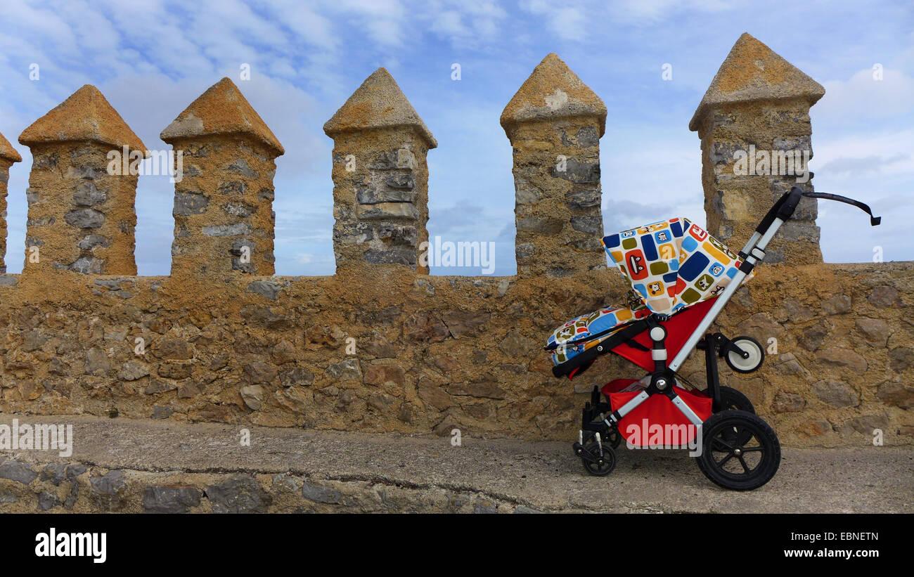 Buggy au mur de forteresse de Artß, Espagne, Baléares, Majorque, Arta Banque D'Images