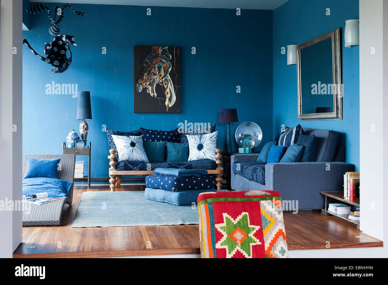 coin salon bleu du salon. le canapé à droite est d'ikea et l'artwork