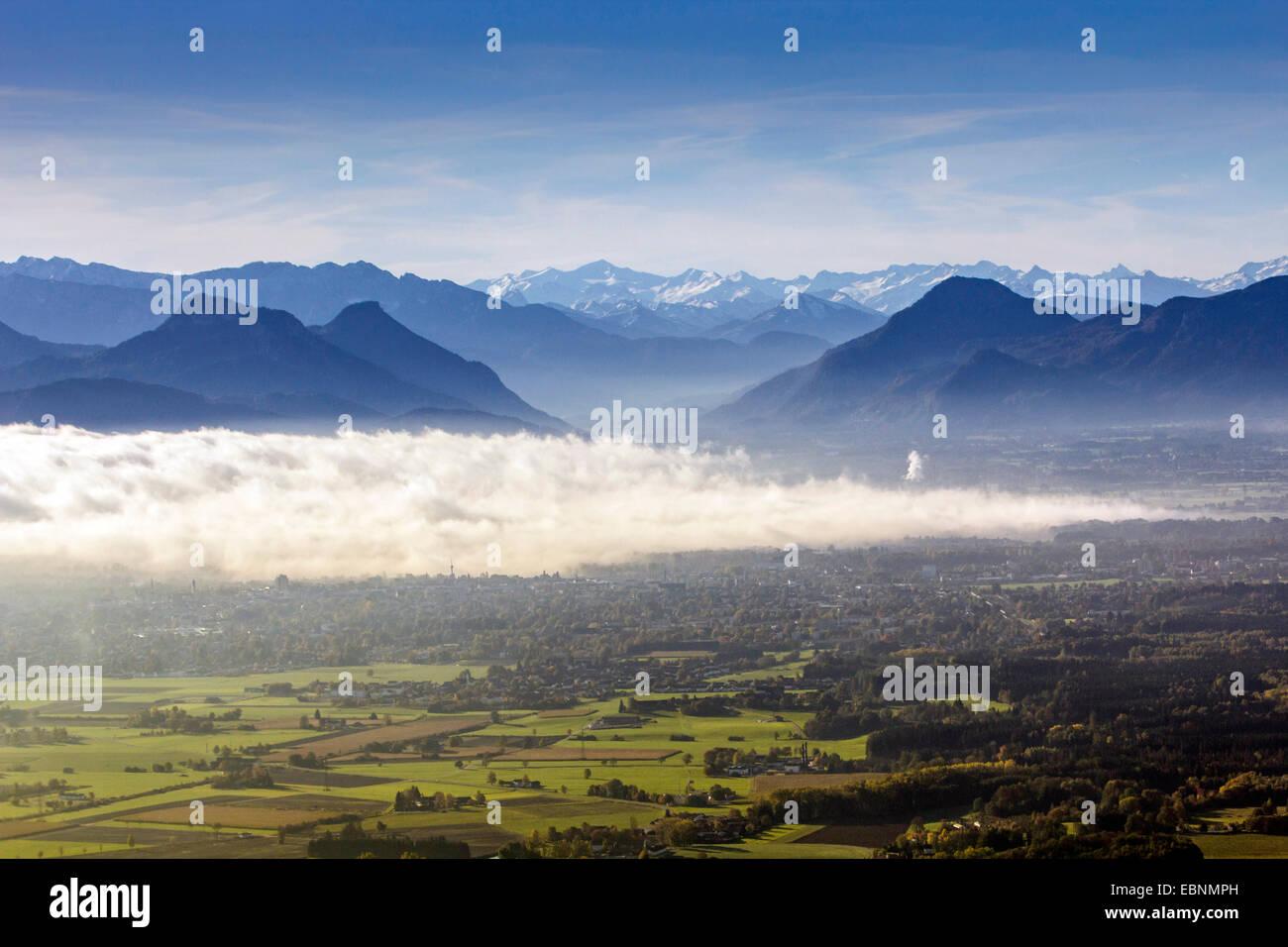 Avis de pré-Alpes à l'Inntal avec brouillard élevé, l'Allemagne, la Bavière Photo Stock