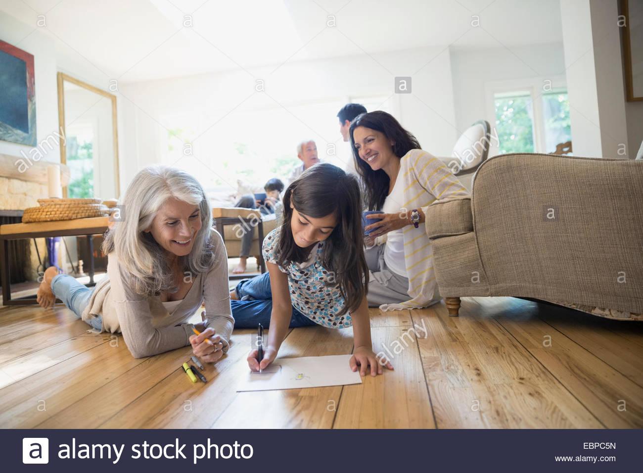 Grand-mère et petite-fille coloriage de salon Photo Stock