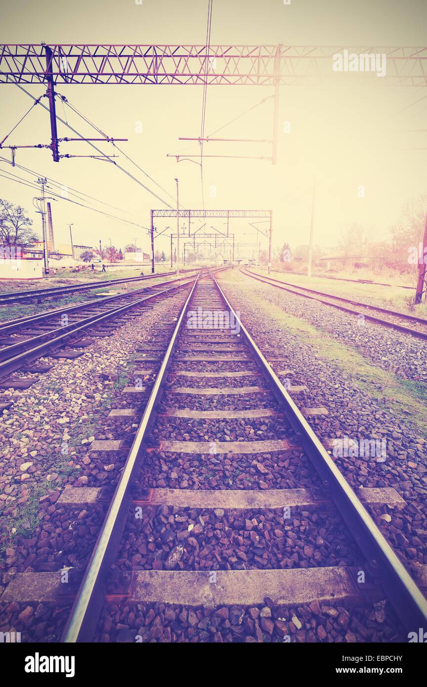Retro Vintage photo filtrée de voies de chemin de fer et de l'infrastructure. Photo Stock
