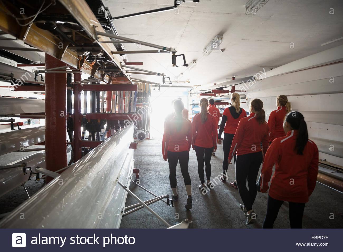 L'équipe d'aviron dans un hangar à bateaux Photo Stock
