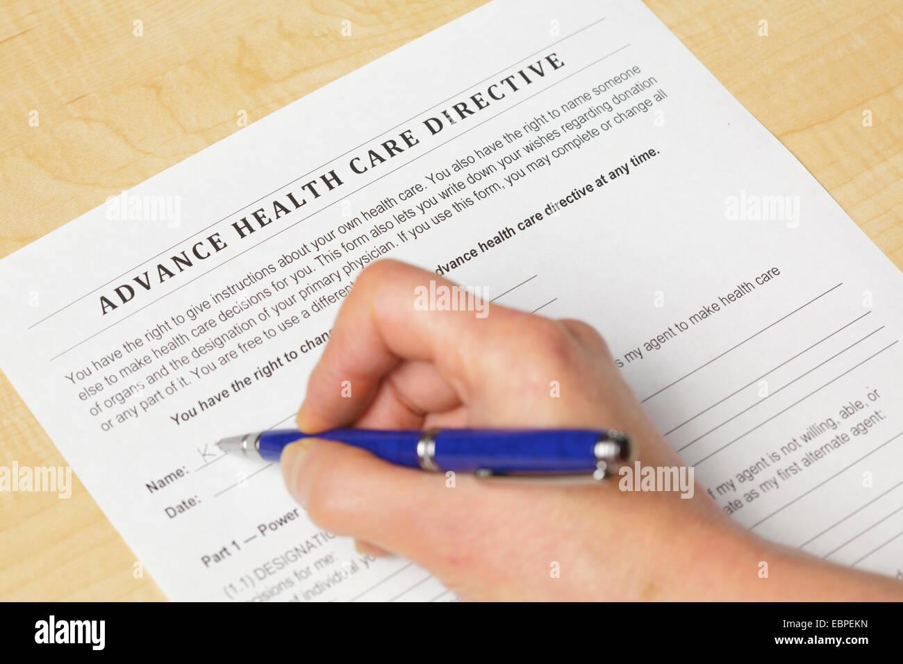 La signature d'une directive préalable en matière de soins de santé Photo Stock