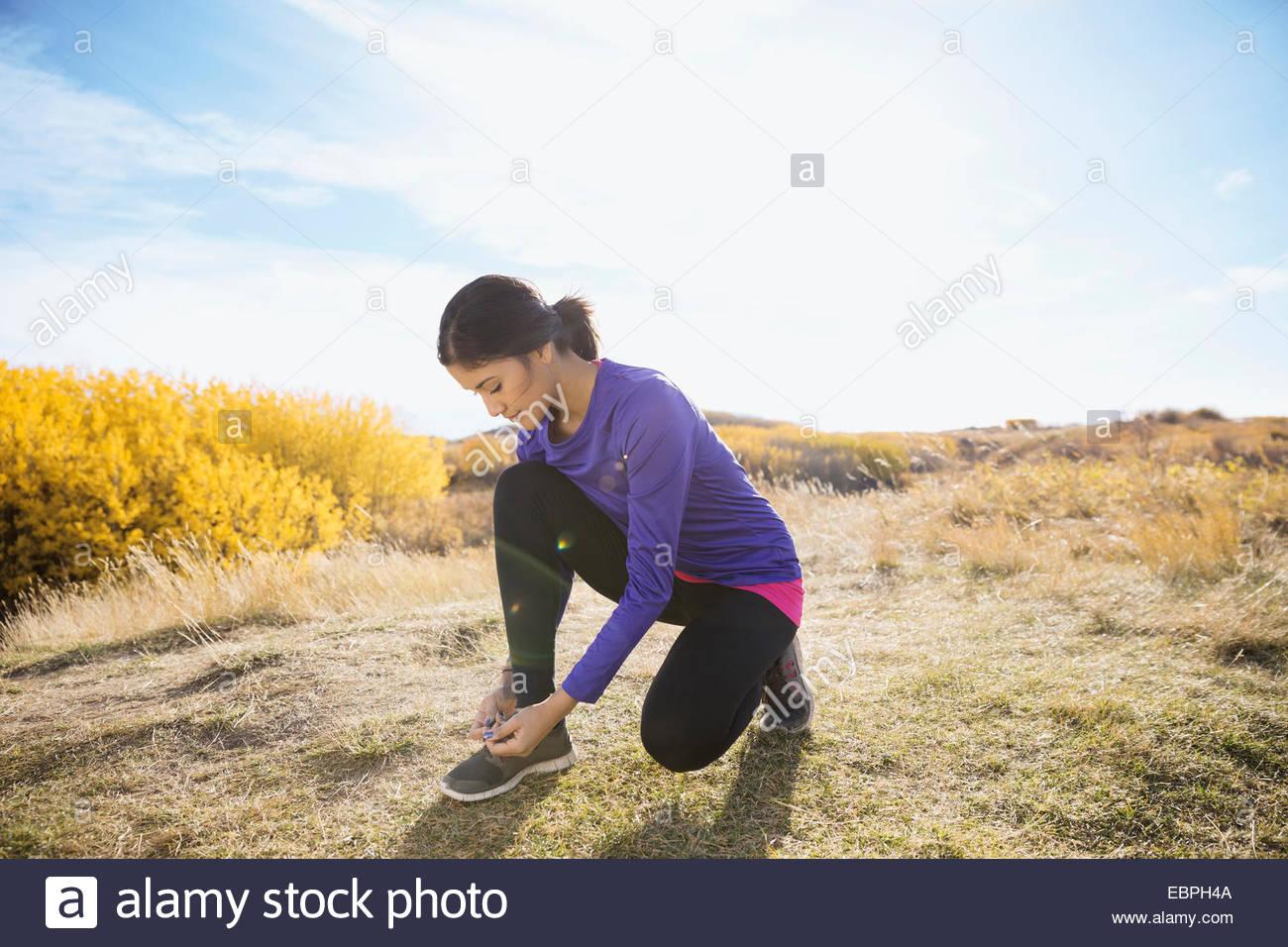 Runner chaussure de liage à sunny rural field Photo Stock