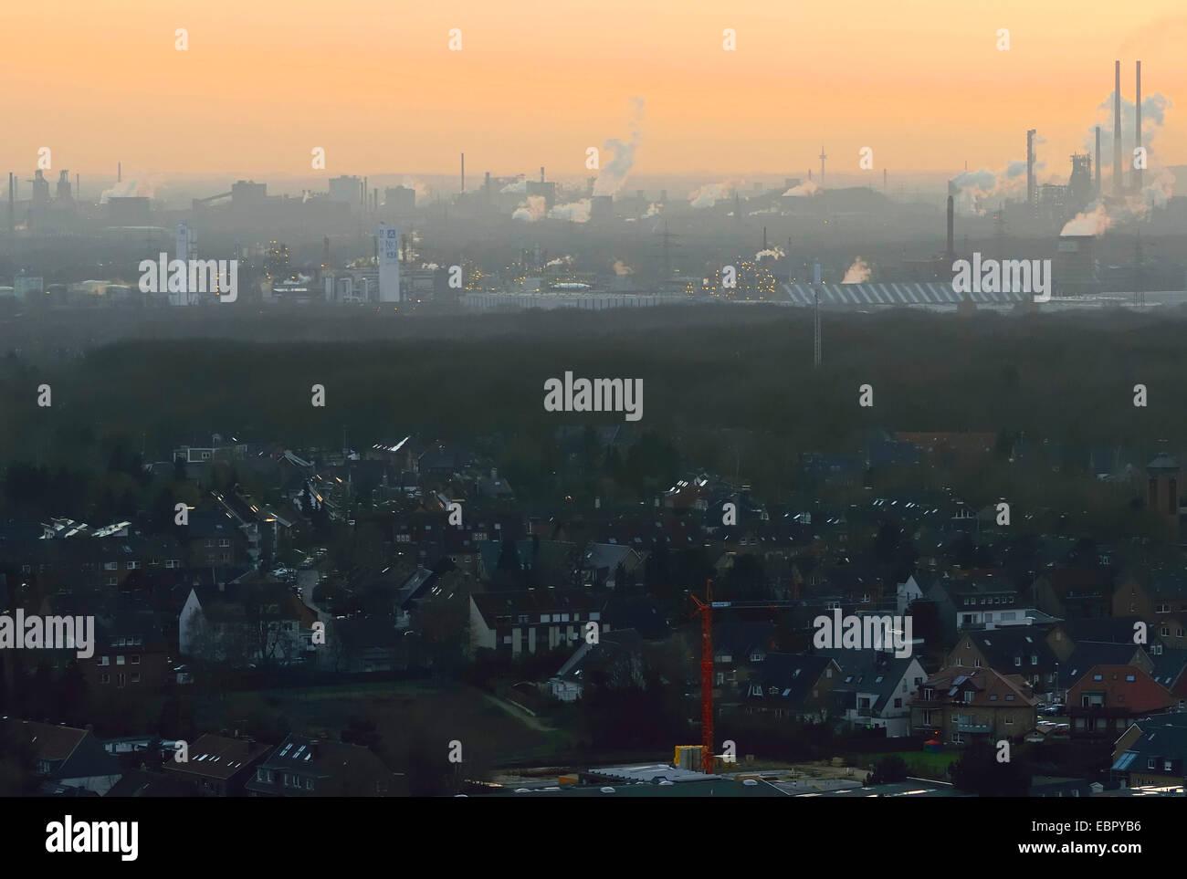 L'industrie à la lumière du soir, vue de Bottrop à Duisburg, Allemagne, Rhénanie du Nord Photo Stock