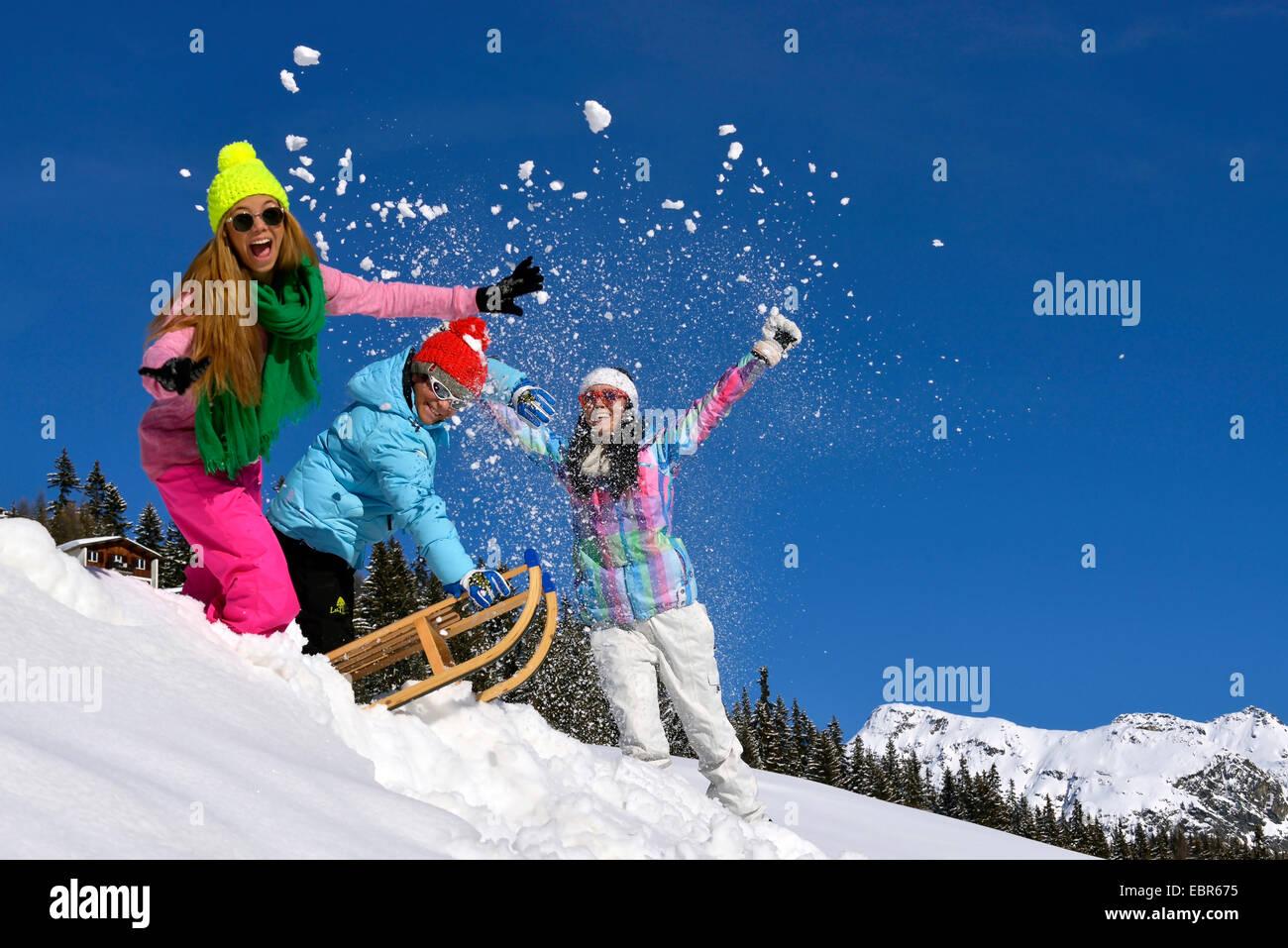 Les adolescents de bonne humeur s'amuser dans la neige, France Photo Stock