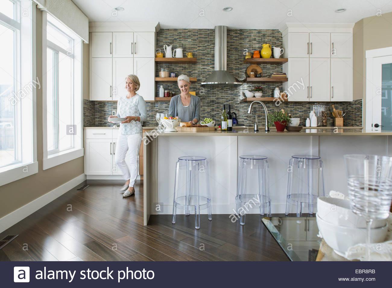Les femmes dans la cuisine équipée Photo Stock