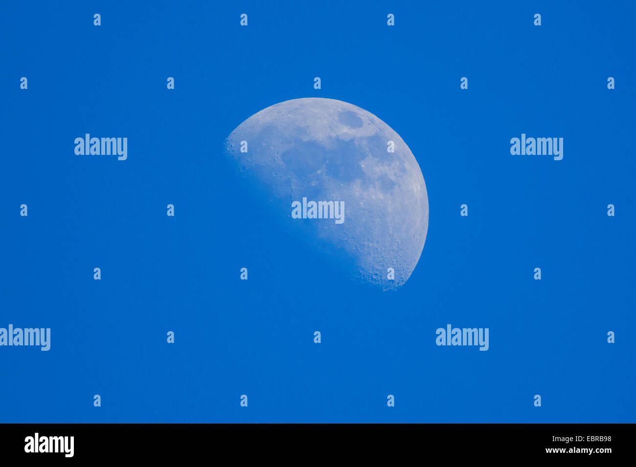 Bleu ciel et lune croissante, l'Allemagne, la Bavière Photo Stock