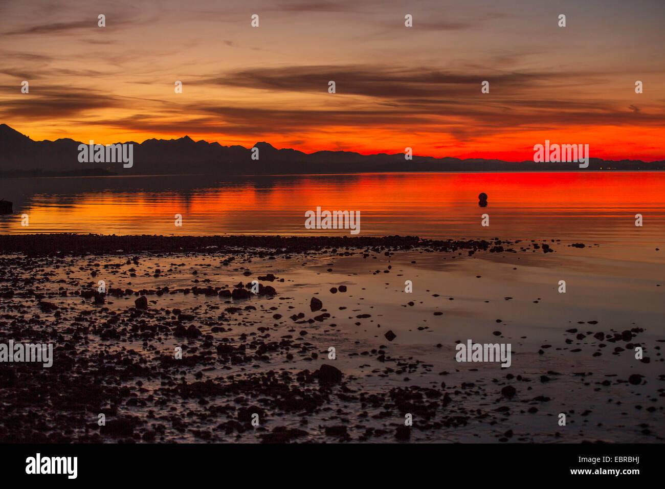 Incandescence du soir sur le Chiemsee en face du panorama alpin, l'Allemagne, la Bavière Photo Stock