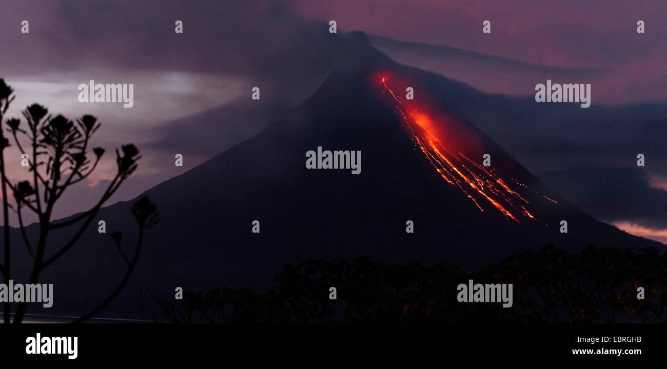 Volcan Arenal active la nuit, Costa Rica Photo Stock