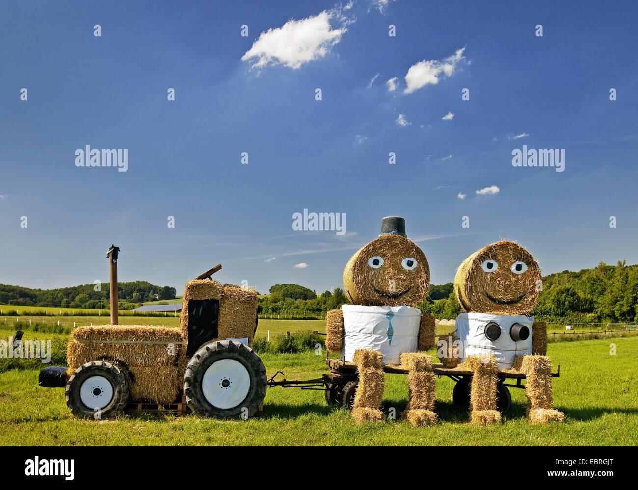 Le tracteur et un couple fait de bottes de paille, de l'Allemagne, en Rhénanie du Nord-Westphalie, Coesfeld Photo Stock