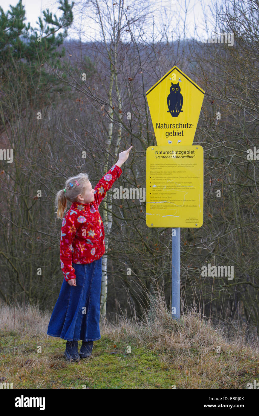 Girl pointing at une Pantener Moorweiher conservation area, Allemagne Photo Stock