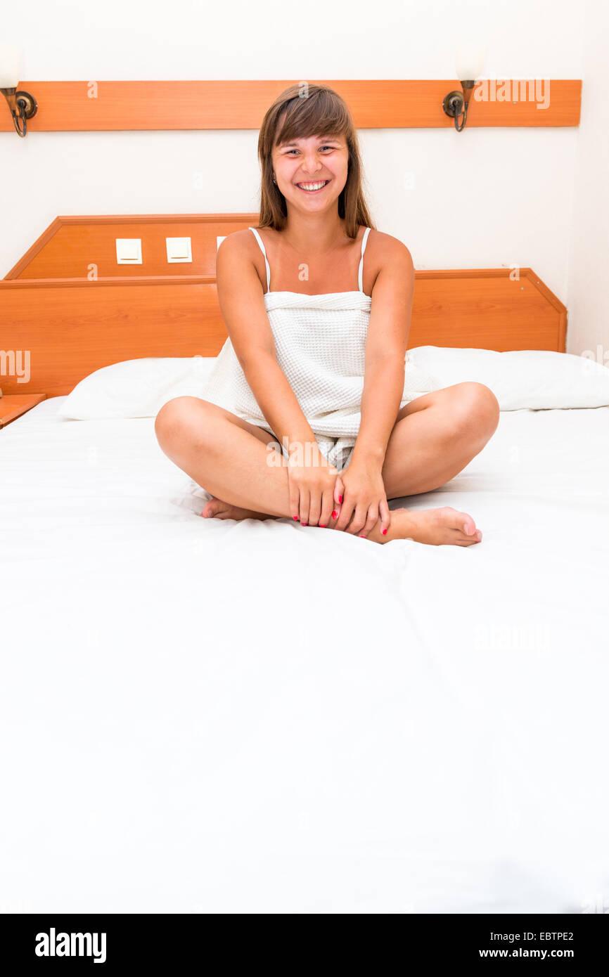 Belle jeune fille se réveilla de bonne humeur ce matin Photo Stock
